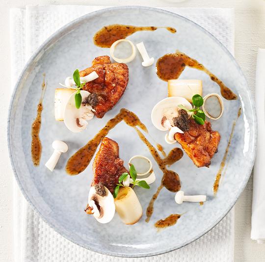 Geglaceerde kalfszwezerik met truffeljus, champignons en prei